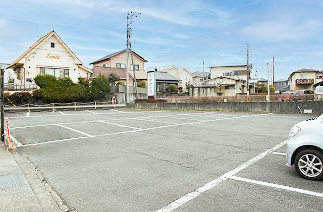 駐車場:医院入口付近に4台の駐車スペース、道路を挟んだ向かい側には第2駐車場をご用意しています。